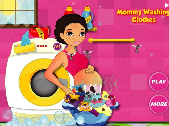 Беременная стирает одежду